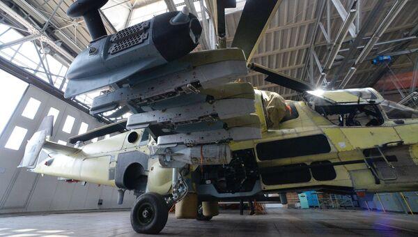 Сборка вертолета Ка-52 Аллигатор в цехе авиационного завода Прогресс в Приморском крае