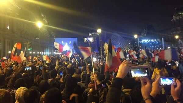 Сторонники Макрона покидают площадь перед Лувром, довольные победой их кандидата