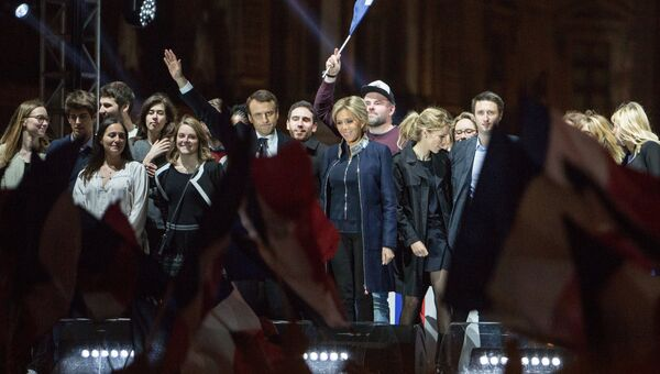 Лидер движения En Marche Эммануэль Макрон (в центре), победивший на президентских выборах во Франции, во время своей победной речи перед Лувром в Париже