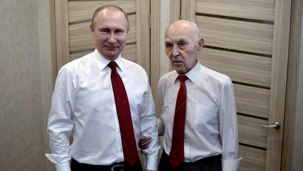 Президент РФ В. Путин побывал в гостях у бывшего представителя КГБ СССР