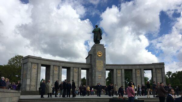 В Берлине возложили венки к мемориалу павшим советским воинам - Тиргартен
