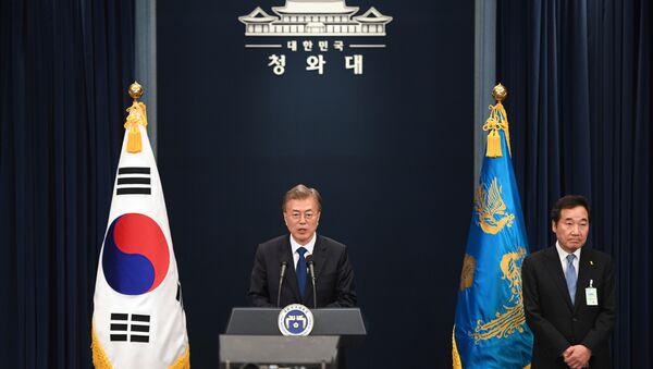 Президент Южной Кореи Мун Чжэ Ин и кандидат на пост премьер-министра страны Ли Нак Ен во время пресс-конференции в Сеуле. 10 мая 2017 года