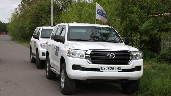 Автомобили ОБСЕ на месте артиллерийского обстрела Куйбышевского района Донецка. Архивное фото