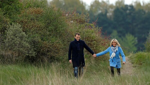 Эммануэль Макрон со своей супругой Брижит во время первого тура президентских выборов во Франции