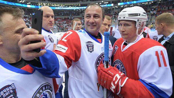 Президент РФ Владимир Путин фотографируется после гала-матча VI Всероссийского фестиваля Ночной хоккейной лиги в ледовом дворце Большой Олимпийского парка Сочи