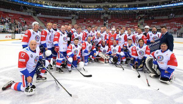 Президент РФ Владимир Путин и участники гала-матча VI Всероссийского фестиваля Ночной хоккейной лиги фотографируются в ледовом дворце Большой Олимпийского парка Сочи