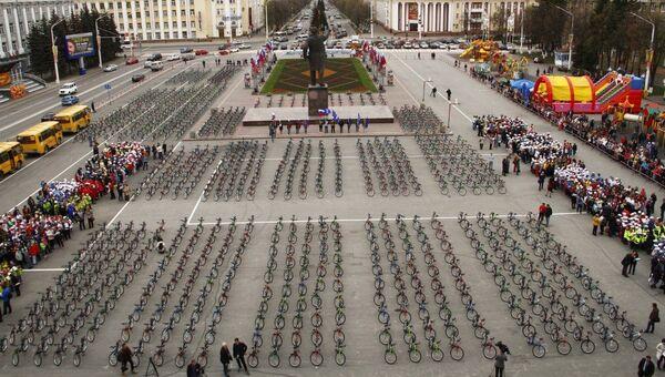 Власти Кемеровской области подарили детям тысячу велосипедов