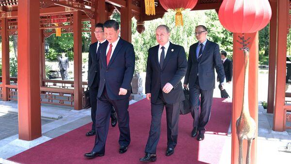 Президент РФ Владимир Путин и председатель КНР Си Цзиньпин на совместной прогулке после российско-китайских переговоров в рамках Международного форума Один пояс, один путь. 14 мая 2017