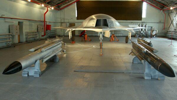 Полноразмерный макет боевого беспилотного летательного аппарата Скат (на заднем плане) и управляемые ракеты Х - 31 (на переднем плане)