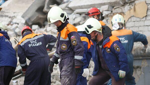 Сотрудники МЧС на месте взрыва бытового газа в жилом доме в Волгограде