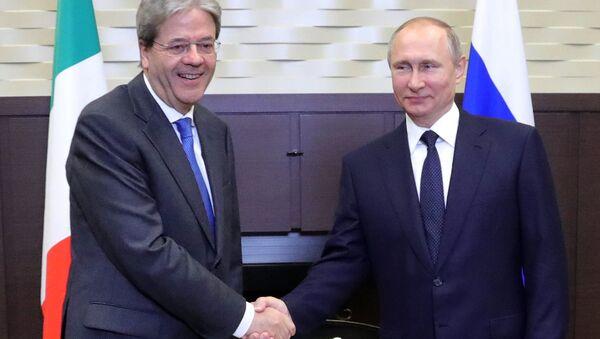 Президент РФ Владимир Путин и председатель Совета министров Италии Паоло Джентилони во время встречи. 17 мая 2017