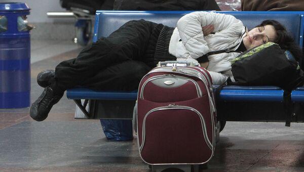 Женщина в аэропорту Борисполь в Киеве в ожидании вылета. Архивное фото