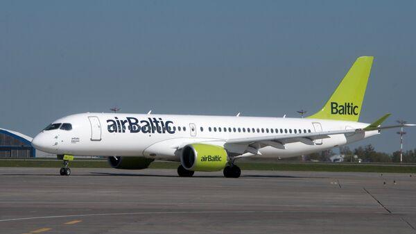 Самолет Bombardier CS300 латвийской авиакомпании airBaltic в аэропорту Шереметьево в Москве. 18 мая 2017