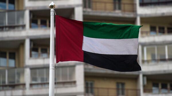 Флаг Объединённых Арабских Эмиратов (ОАЭ) на территории посольства в РФ в Москве