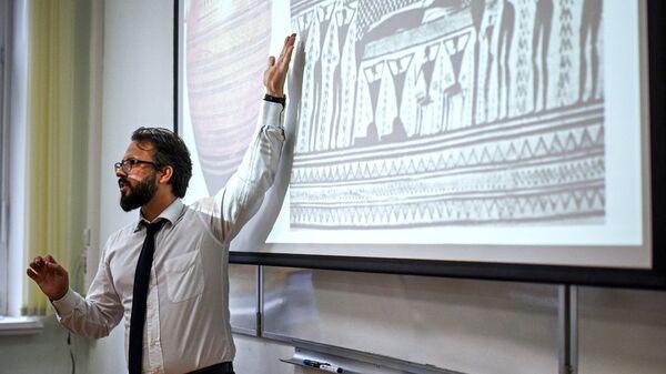 Учитель истории во время урока. Архивное фото
