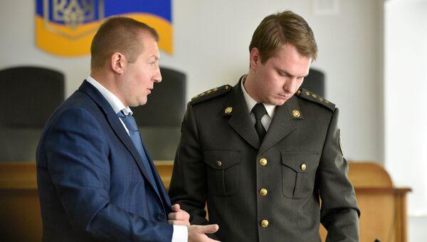 Адвокат Виктора Януковича Виталий Сердюк (слева) и военный прокурор генеральной прокуратуры Украины Руслан Кравченко. Архивное фото