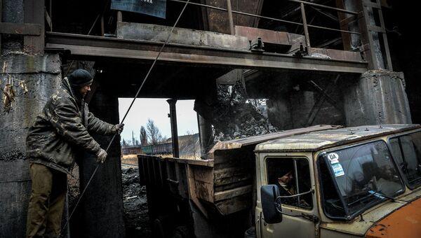 Вывоз породы на шахте имени Челюскинцев в Донецке. Архивное фото