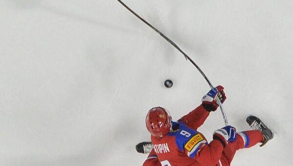 Российский хоккеист Виктор Антипин (внизу) и игрок сборной Финляндии Атте Охтамаа