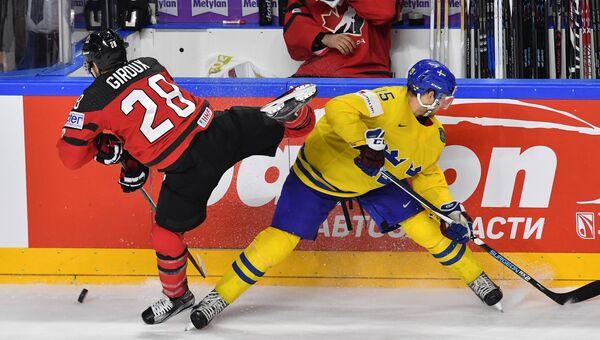Игрок сборной Канады Клод Жиру и игрок сборной Швеции Оскар Линдберг (справа) в финальном матче чемпионата мира по хоккею 2017 между сборными командами Канады и Швеции