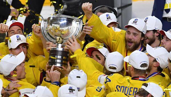 Игроки сборной Швеции на церемонии награждения чемпионата мира по хоккею 2017 в Кельне