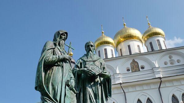 Памятник Кириллу и Мефодию в Дмитрове. Архивное фото