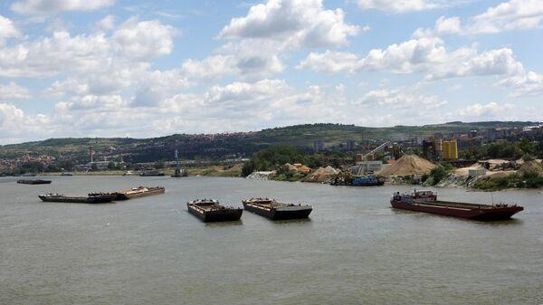 Баржи на реке Дунае в черте города Белграда