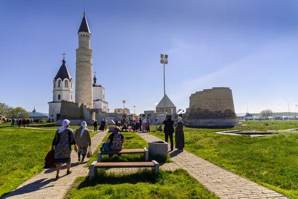 Верующие идут к городищу Булгар