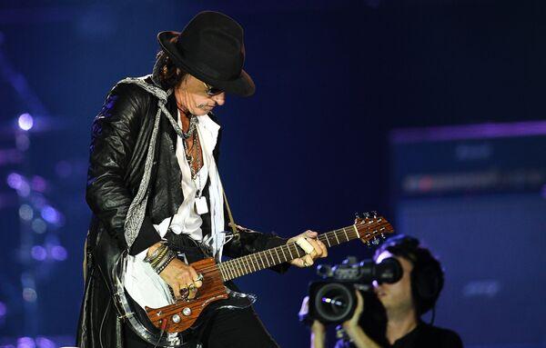 Гитарист американской группы Aerosmith Джо Перри во время концерта в спорткомплексе Олимпийский в Москве