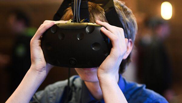 Молодой человек в очках виртуальной реальности. Архивное фото
