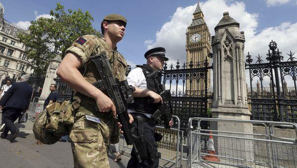Член армии присоединяется к сотрудникам полиции. Архивное фото