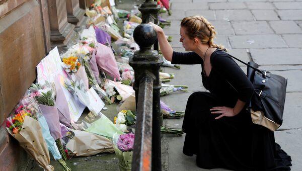 Женщина возлагает цветы жертвам нападения в Манчестере. Архивное фото
