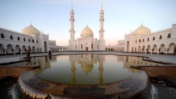 Соборная Ак-мечеть (Белая мечеть) во время праздника Изге Болгар Жыены, посвященного Дню официального принятия ислама Волжской Булгарией, в городе Болгаре