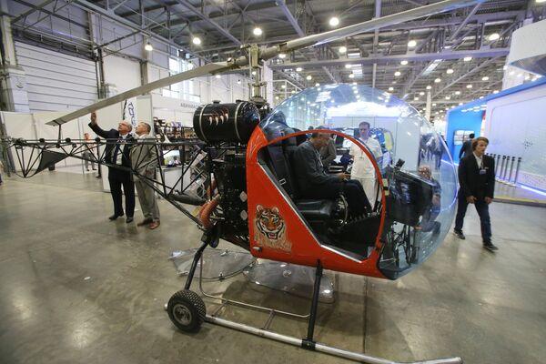 Двухместный вертолёт Safari-400 на X международной выставке вертолетной индустрии HeliRussia в Международном выставочном центре Крокус Экспо в Москве