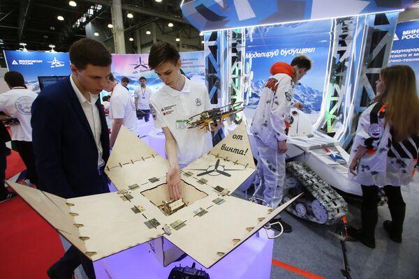 Конструктор программируемого квадрокоптера Клевер 2.0 на X международной выставке вертолетной индустрии HeliRussia в Международном выставочном центре Крокус Экспо в Москве