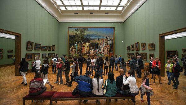 Посетители во время международной акции Ночь музеев в Третьяковской галерее. Архивное фото