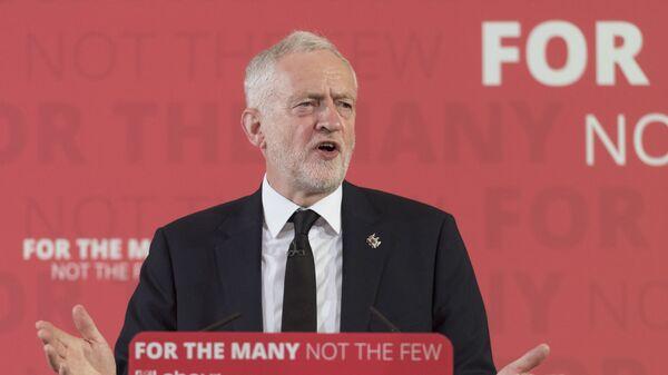 Лидер лейбористской партии Великобритании Джереми Корбин во время пресс-конференции в Лондоне