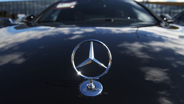 Эмблема автомобиля Мерседес-Бенц. Архивное фото