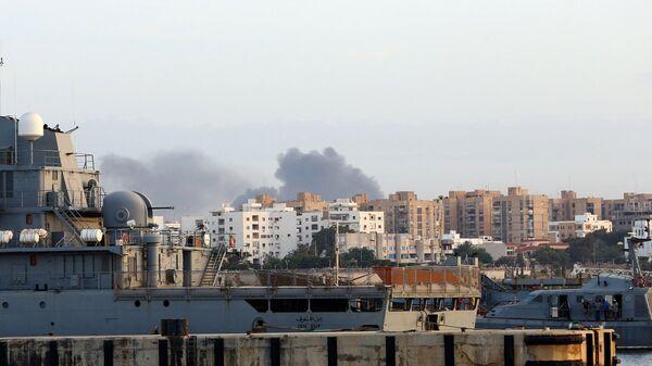 Дым над Триполи, где идут столкновения между сторонниками парламента и правительства, поддерживаемого ООН. 26 мая 2017