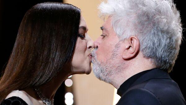 Актриса Моника Беллуччи целует режиссера Педро Альмодовара на церемонии закрытия 70-го Каннского международного кинофестиваля