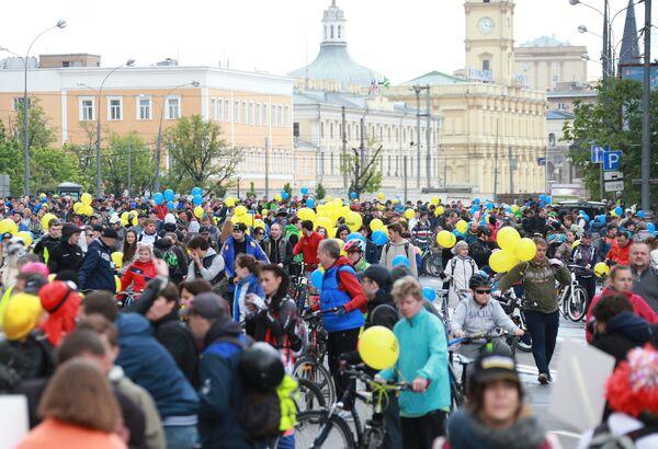 Участники перед стартом пятого Всероссийского Велопарада на проспекте Сахарова в Москве