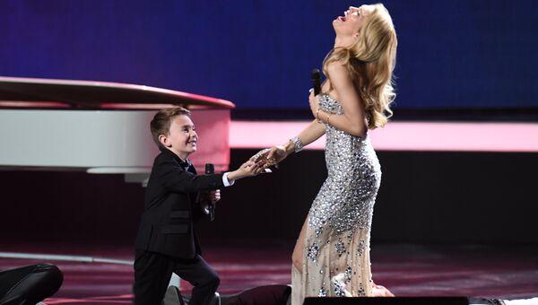 Участник финала Международного детского вокального конкурса Ты супер! Кирилл Есин и певица Вера Брежнева в ГКД