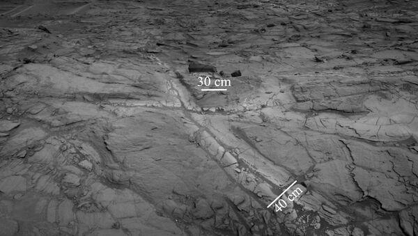 Трещины в породах впадины Бриджера на склонах марсианской горы Шарп, где ученые открыли залежи песка