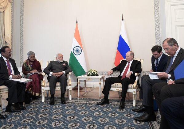 Президент РФ Владимир Путин и премьер-министр Индии Нарендра Моди во время встречи в рамках Санкт-Петербургского международного экономического форума 2017. 1 июня 2017