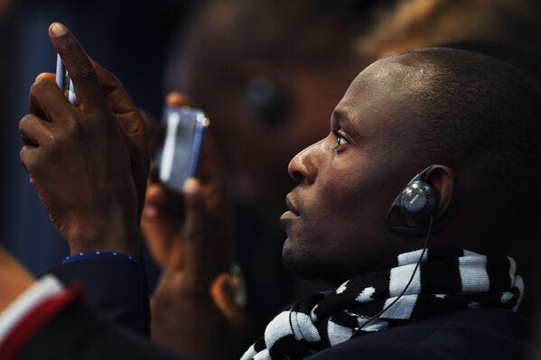 Участник в зале на торжественном открытии Санкт-Петербургского международного экономического форума 2017 во время выступления премьер-министра Габонской Республики Эммануэля Иссозе-Нгонде