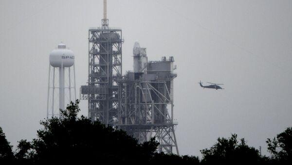 Ракета-носитель Falcon 9 на стартовой площадке