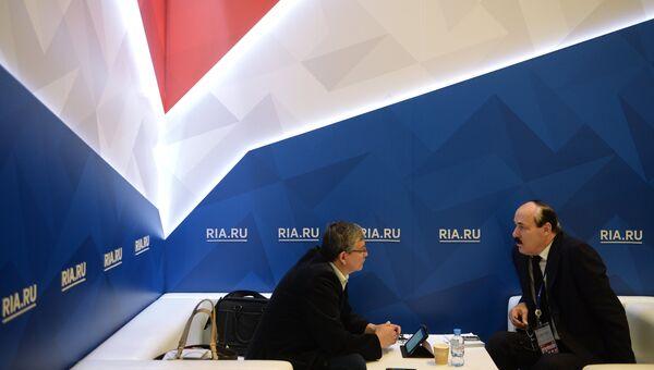 Глава Республики Дагестан Рамазан Абдулатипов (справа) во время интервью журналистам на стенде РИА Новости на Санкт-Петербургском международном экономическом форуме 2017
