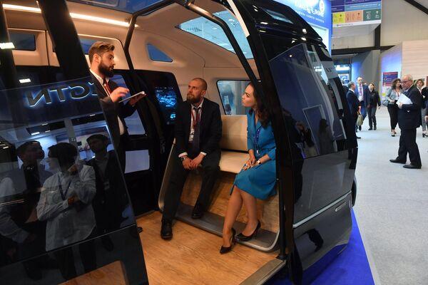 Беспилотный микроавтобус КамАЗ-ШАТЛ на стенде автоконцерна КАМАЗ Санкт-Петербургского международного экономического форума 2017