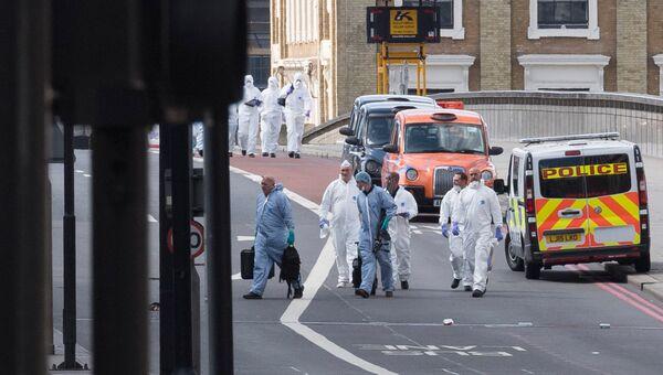 Судебные криминалисты на северной стороне Лондонского моста после теракта в ночь на 4 июня