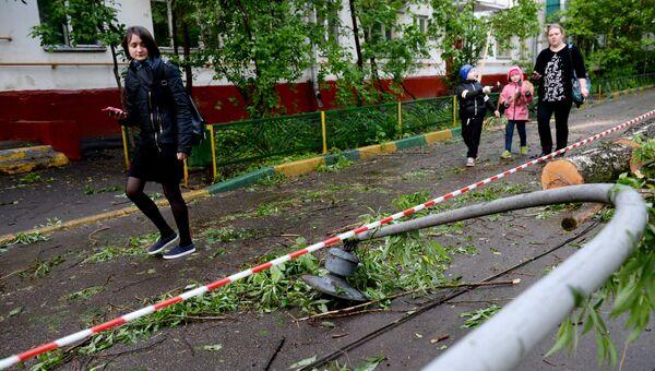 Поваленный ураганом фонарный столб во дворе жилого дома в Москве. Архивное фото