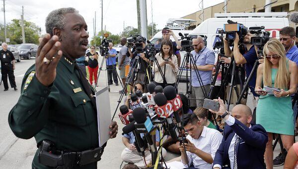 Шериф округа Орандж-каунти Джерри Демингс на месте стрельбы в Орландо, США. 5 июня 2017